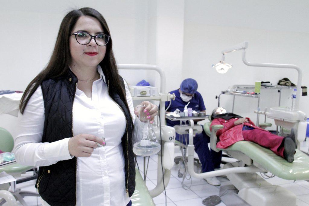 Alumna de la UAA inventa solvente para remover pegamento en piezas dentales