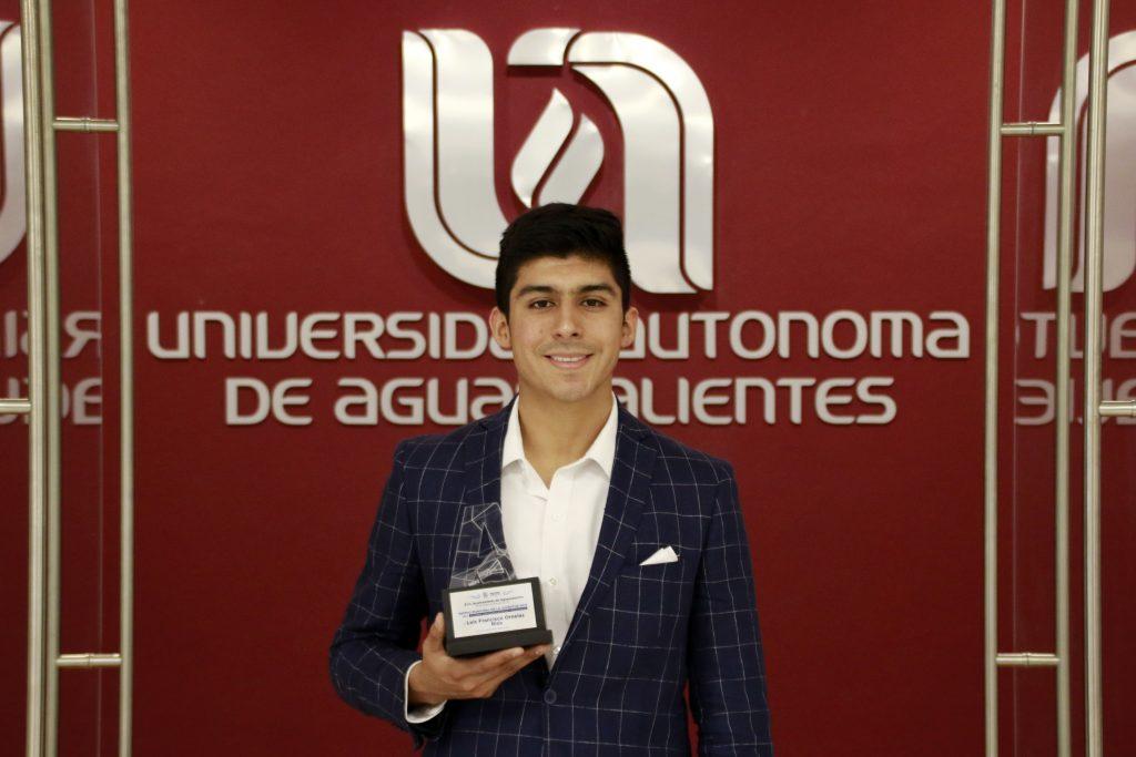 Egresado de la UAA gana premio municipal de la juventud en habilidades científicas y tecnológicas