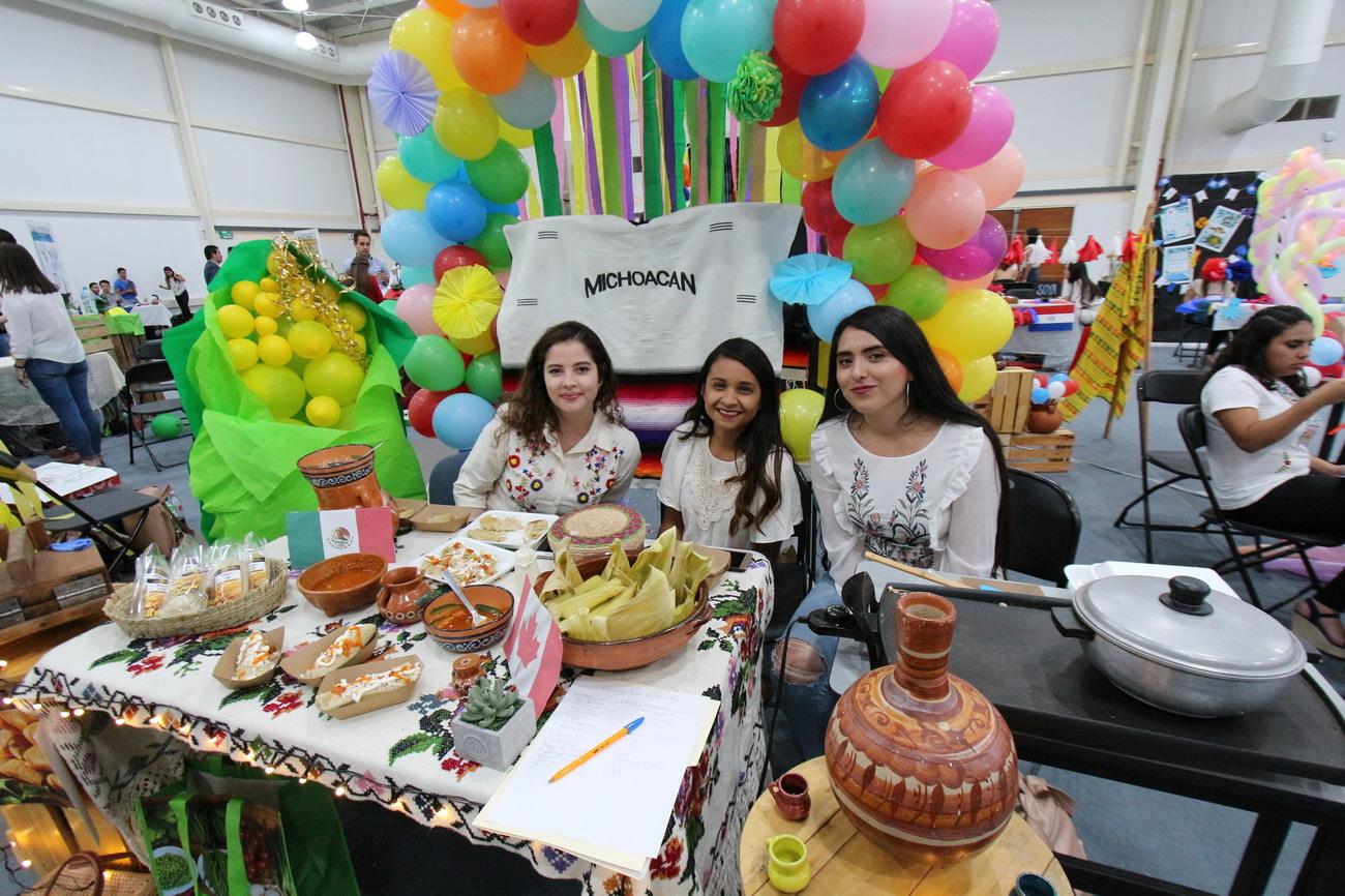 Exponen estudiantes de la Autónoma de Aguascalientes proyectos durante el Segundo Foro de Comercio Internacional