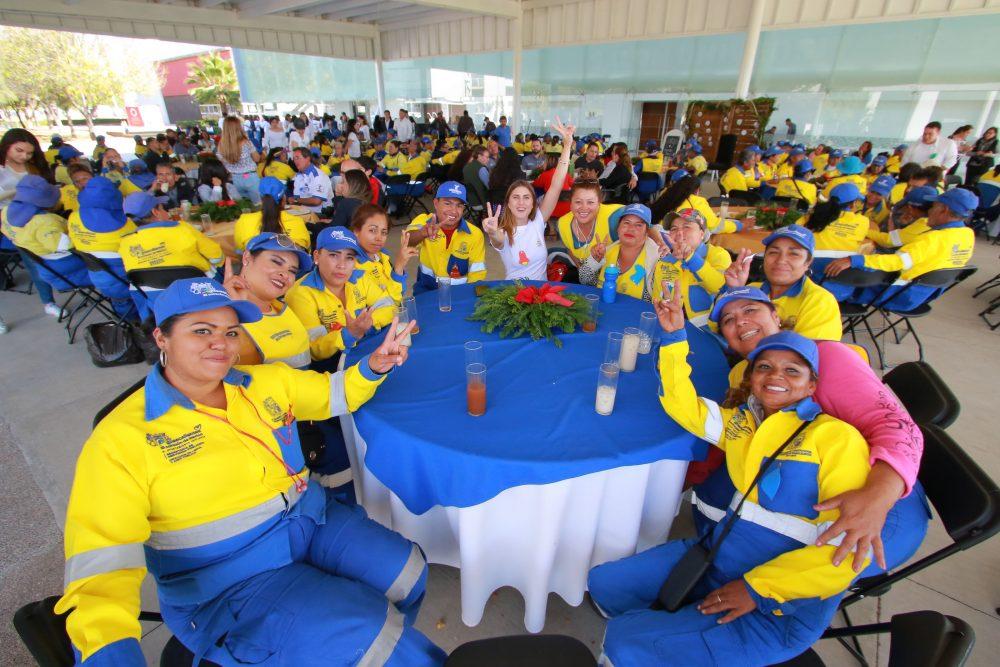 """Estudiantes de la UAA rinden homenaje a personal de limpia mediante el evento """"Brillando Juntos"""""""