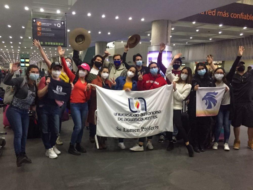 Estudiantes de la UAA que se encontraban en Chile se reúnen con sus familias a su llegada a Aguascalientes