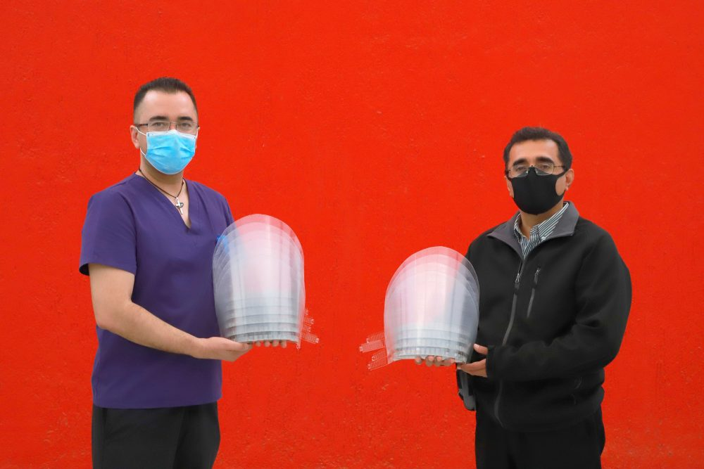 Personal de la UAA continúa con el armado y entrega de Caretas Cristal a personal de salud