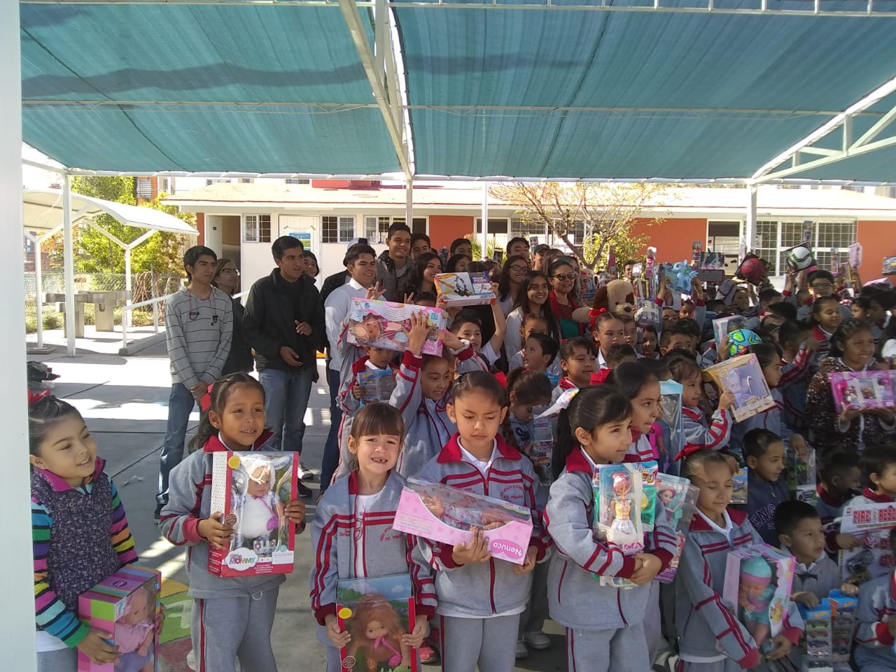 Donación de juguetes en comunidades vulnerables