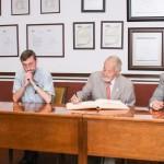 Ruy Pérez Tamayo firma el libro de visitantes distinguidos de la UAA