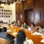 Profesores, trabajadores administrativos y autoridades trabajando hombro con hombro en la UAA